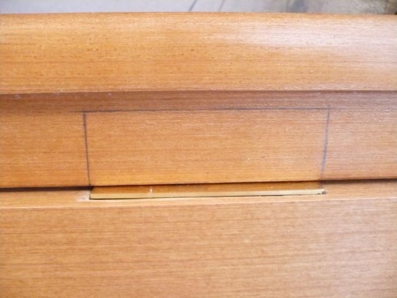 Размечаем петли на дверном косяке