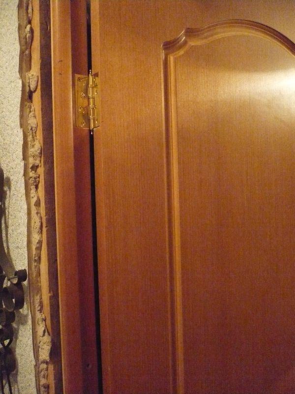 Устанавливаем дверь и коробку в проем